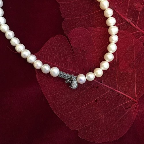 Derringer clasp pearl necklace