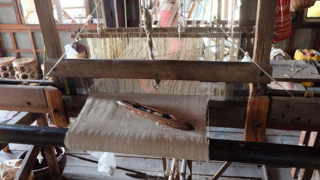 Lotus weaving loom