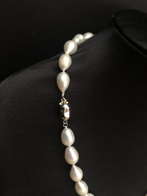 Drop-shaped pearl necklace, by Cashmere and Pearls